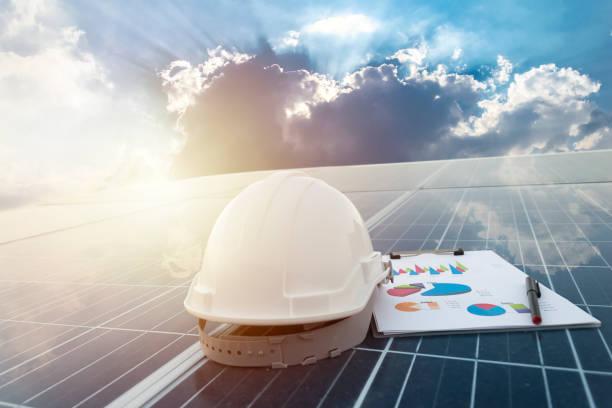 Paneles fotovoltaicos solares de la estación de trabajo feliz - foto de stock