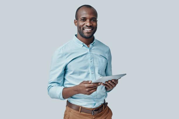 jeune homme africain heureux - homme photos et images de collection
