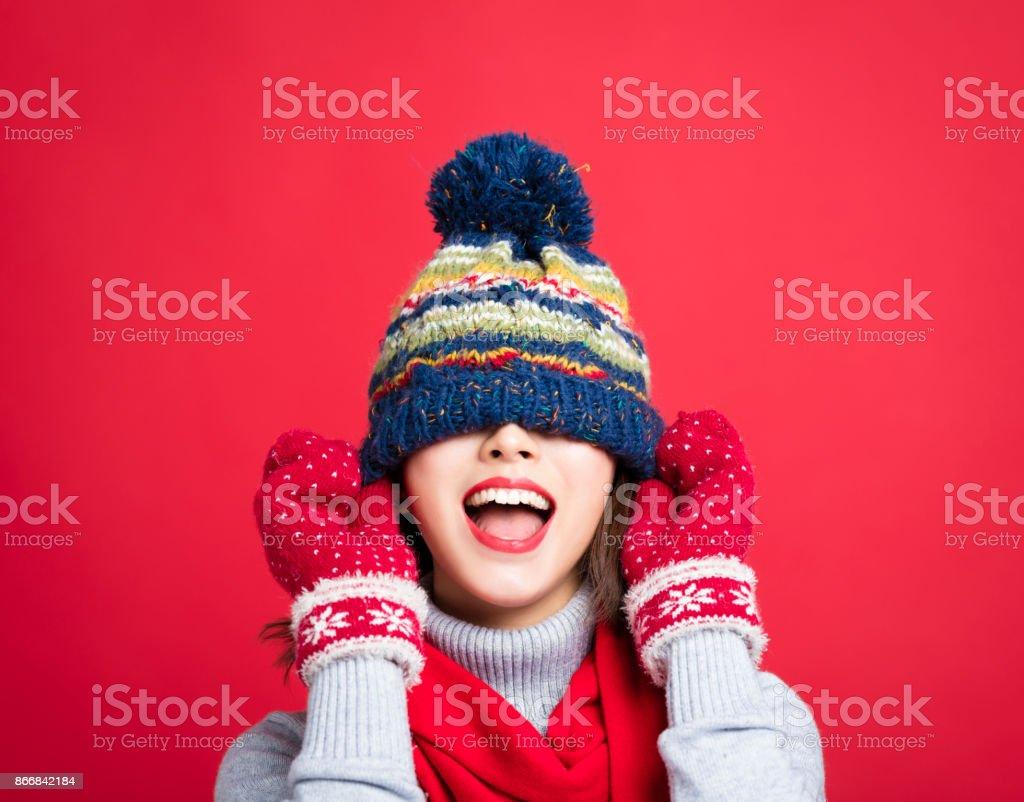 Glückliche junge schöne Frau in Winterkleidung – Foto