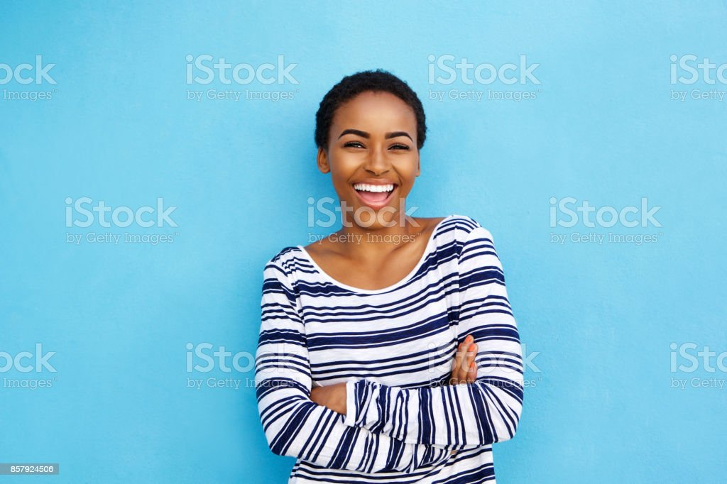 快樂的年輕黑人婦女笑牆上藍色 - 免版稅20多歲圖庫照片
