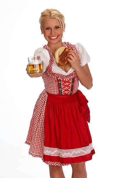 glücklich jungen blonden holding breze frau jubeln mit bier-becher - moderne dirndl stock-fotos und bilder