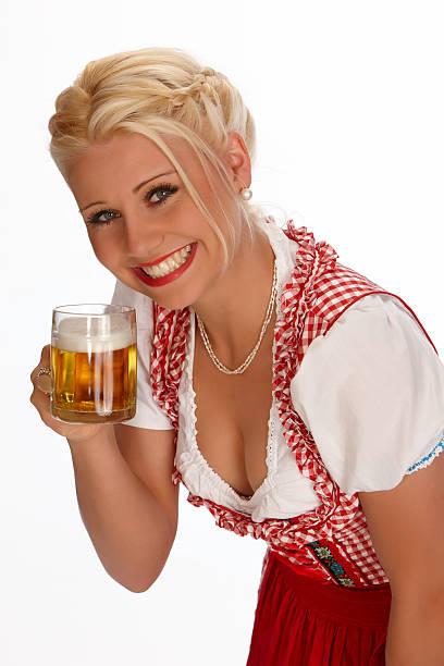 glücklich jungen blonden frau im dirndl jubeln mit bier glas - moderne dirndl stock-fotos und bilder
