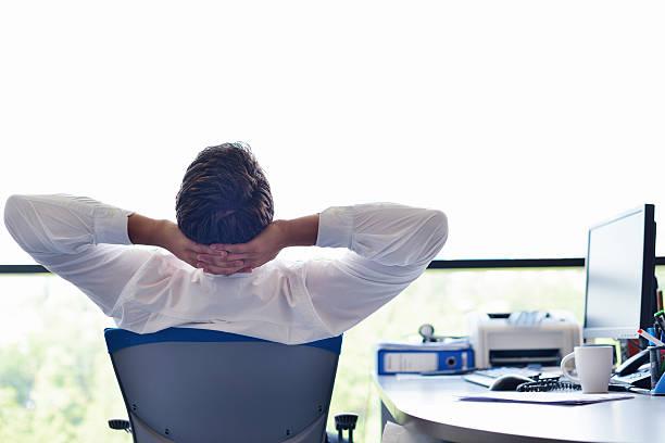 Glückliche junge business Mann im Büro – Foto
