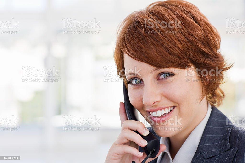 Glückliche junge Geschäftsfrau spricht am Telefon Lizenzfreies stock-foto