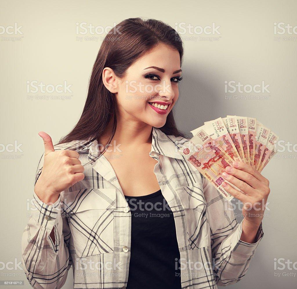 Feliz Mujer joven ocasionales en gafas rublos de retención - foto de stock