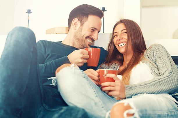 glückliches junges paar zu hause - junges paar stock-fotos und bilder