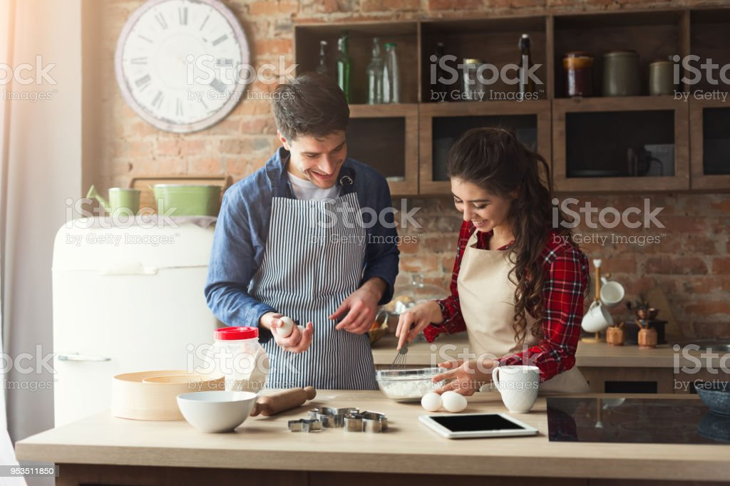 Glückliches junges paar Backen im Loft Küche – Foto