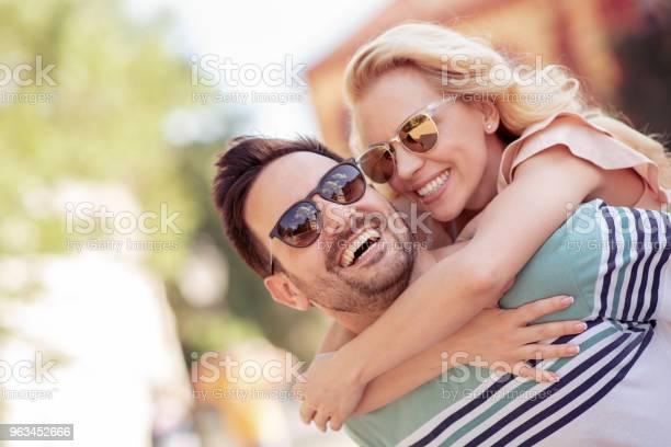 Szczęśliwa Młoda Para Bawiąc Się I Śmiejąc Się Razem Na Świeżym Powietrzu - zdjęcia stockowe i więcej obrazów 20-29 lat