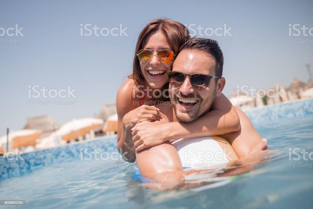 Glückliche junge Paare, die Spaß im Wasser – Foto