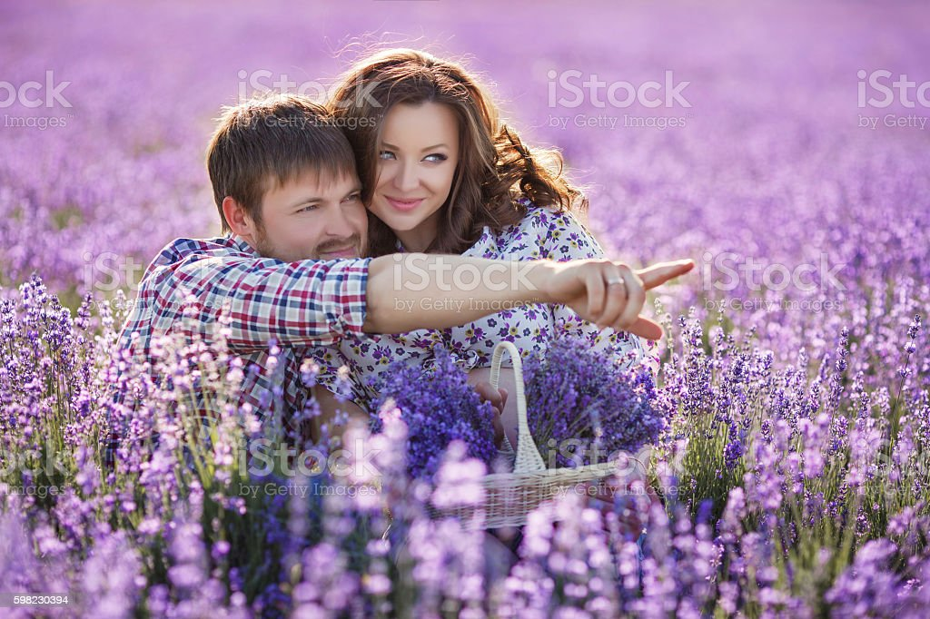 Happy young couple in a field of blooming lavender foto royalty-free