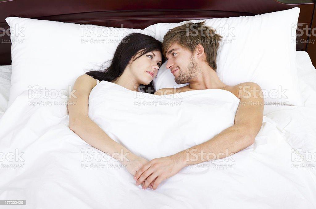Glückliches junges Paar im Bett – Foto