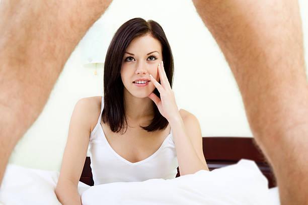 glückliches junges paar im bett - marvel schlafzimmer stock-fotos und bilder