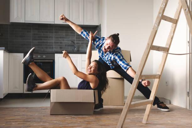 casal jovem feliz em sua nova casa - vida de estudante - fotografias e filmes do acervo