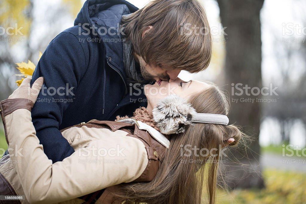 행복한 젊은 커플입니다 키스 야외 royalty-free 스톡 사진
