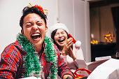 幸せな若いカップル Lauging
