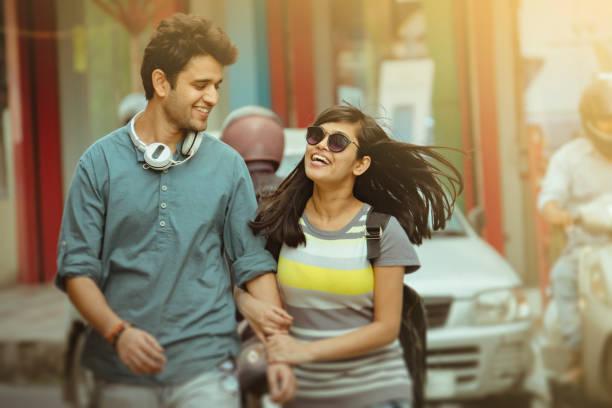 Glückliches junges Paar Stadt unterwegs. – Foto