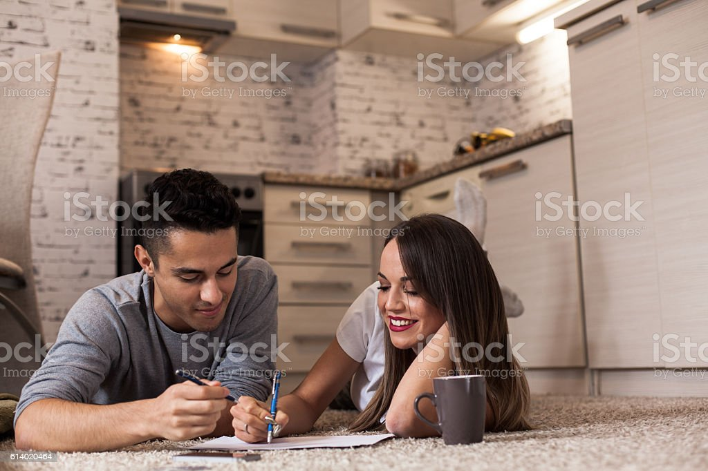 Happy young couple planning finances – Foto