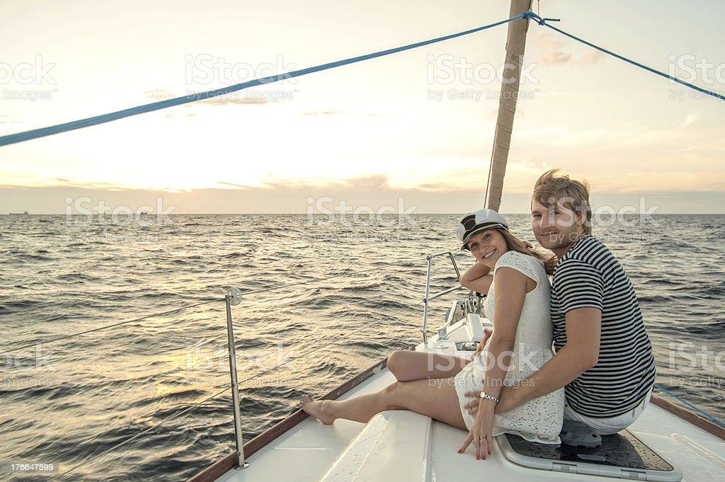 Feliz pareja joven relajante en un yate foto de stock libre de derechos