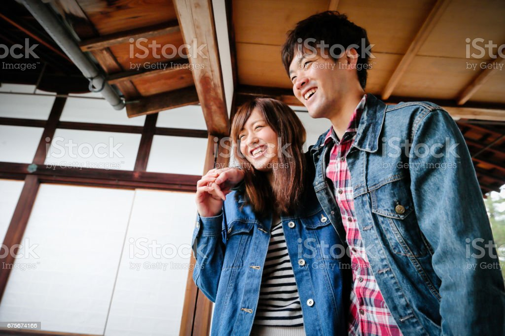 Happy Young couple to enjoy the tourism Kyoto foto de stock royalty-free