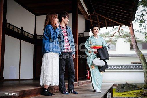 京都観光を楽しむ若いカップル京都観光を楽しむ若いカップル