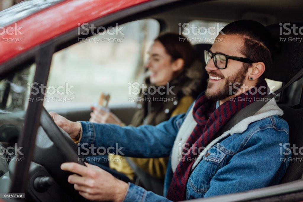 Glückliches junges Paar Reisen mit dem Auto – Foto