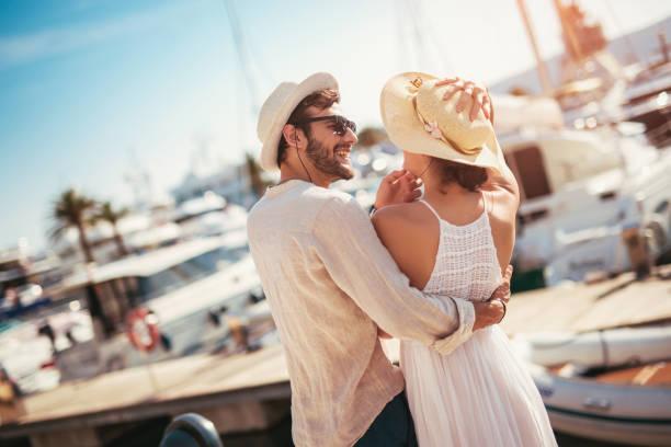 배경에 요트와 관광 바다 리조트의 항구에 의해 걷는 행복 한 젊은 부부 - 마리나 뉴스 사진 이미지