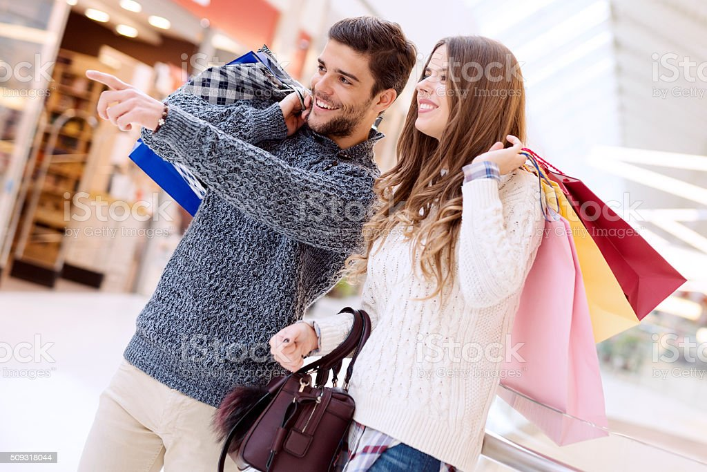 Glückliches junges Paar mit Einkaufstasche – Foto