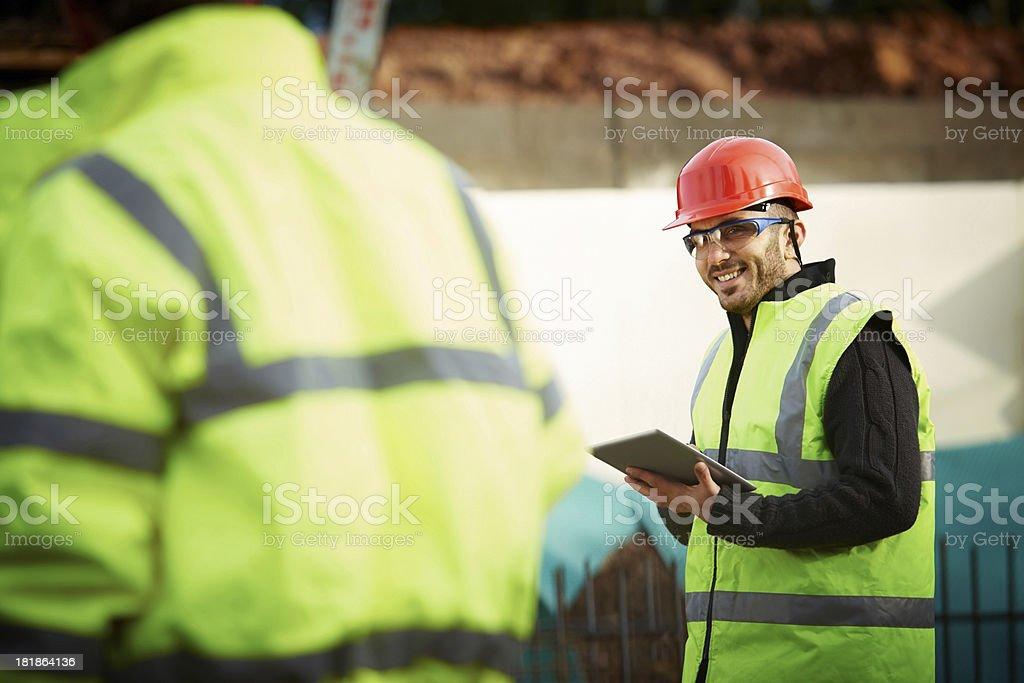 Glückliche junger Ingenieur mit digitalen tablet im Haus – Foto