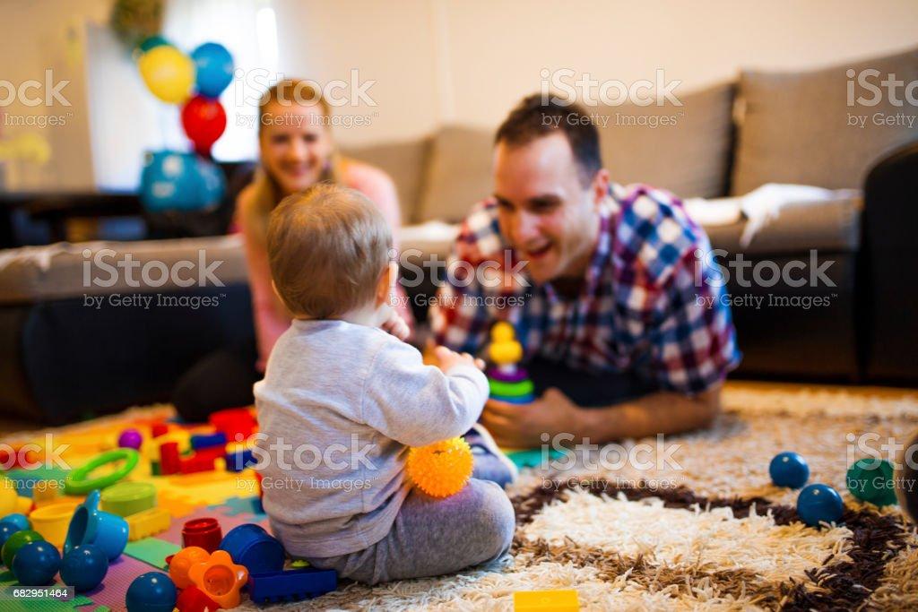 Familia joven feliz en casa foto de stock libre de derechos