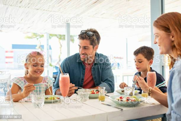 Happy young family enjoying lunch outdoor picture id1137373612?b=1&k=6&m=1137373612&s=612x612&h=pitd1uvurh5 tvsjyadoc0kfpk4fvx9lvuwmom1z7ww=