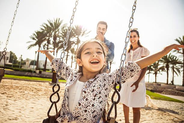 heureux jeune famille à dubaï, émirats arabes unis - jeunes arabes photos et images de collection