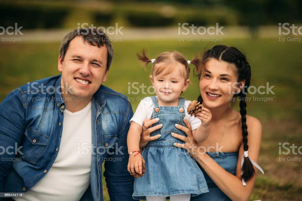 happy young family spending time outdoor on a summer day zbiór zdjęć royalty-free