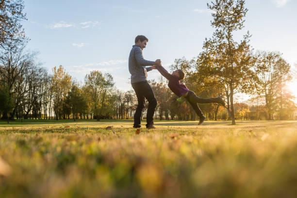 Glückliche junge Vater spielt mit seinem kleinen Sohn – Foto