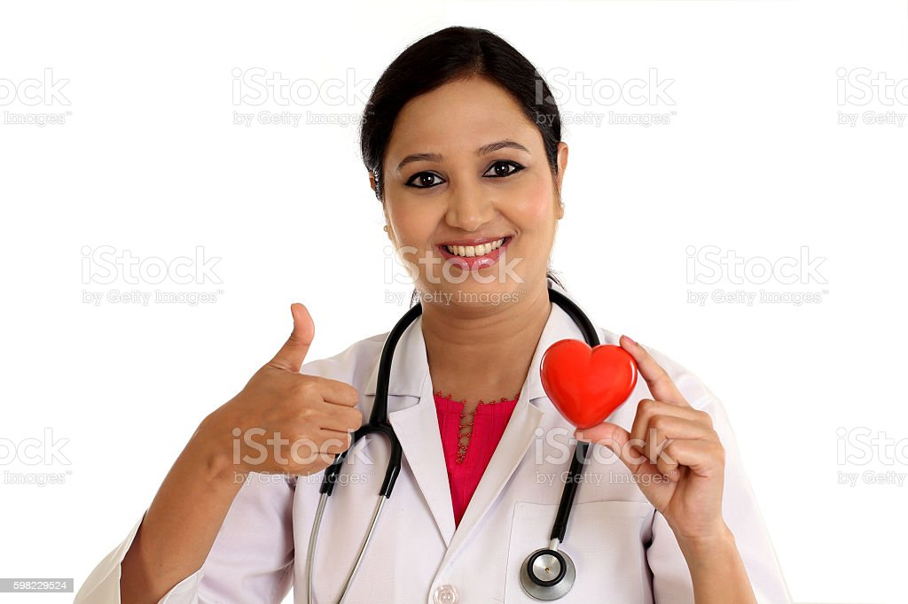 Happy young female doctor holding a beautiful red heart shape foto royalty-free