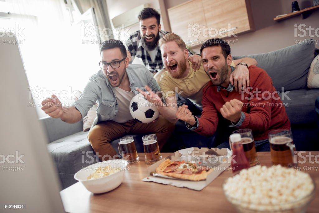 Glückliche Junge Freunde, die Spaß zu Hause – Foto
