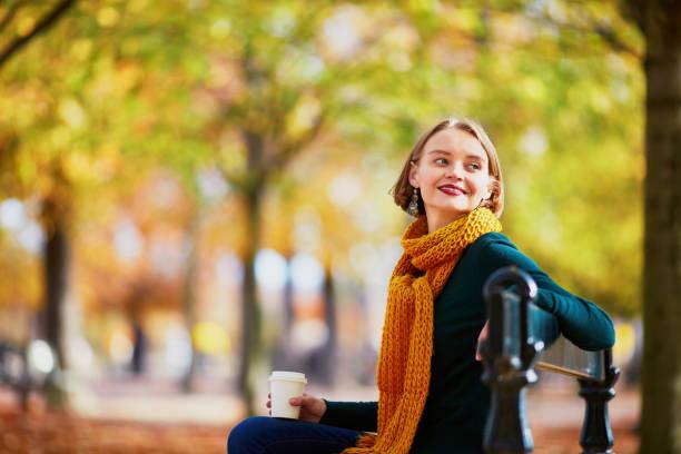 Fröhliches junges Mädchen in gelben Schal Wandern im herbstlichen park – Foto