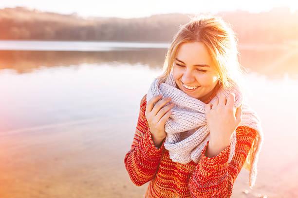 glückliche junge mädchen - kalte sonne stock-fotos und bilder