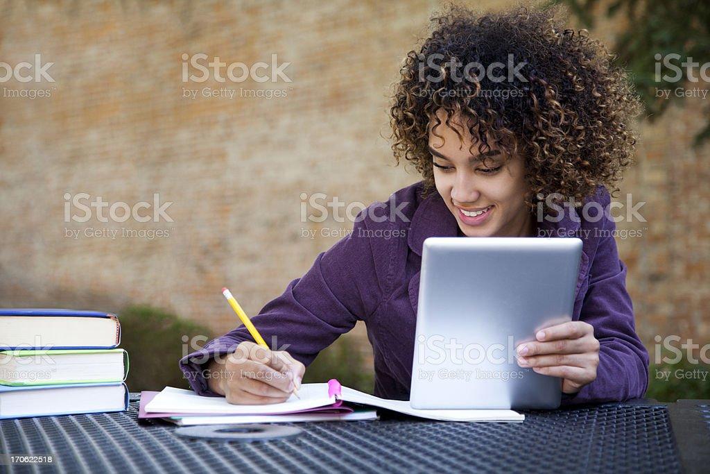 Fröhlich Studenten, die einen tablet PC – Foto