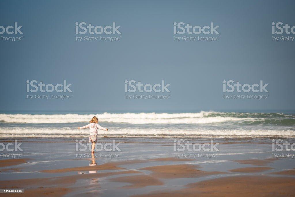 Jovem feliz andando na praia no verão - Foto de stock de Alegria royalty-free