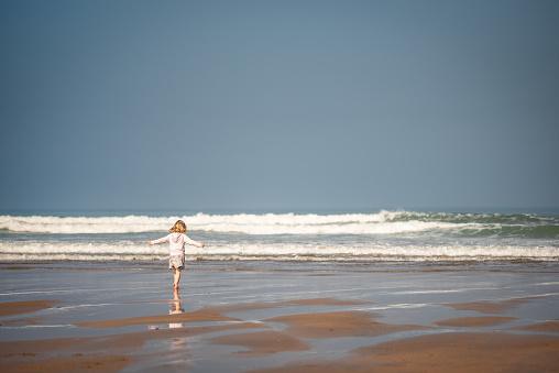 Foto de Jovem Feliz Andando Na Praia No Verão e mais fotos de stock de Alegria