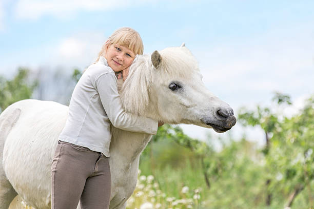 Happy young girl with a white shetland pony. – Foto