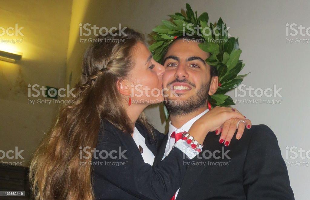 Felices jóvenes licenciados contratados - foto de stock