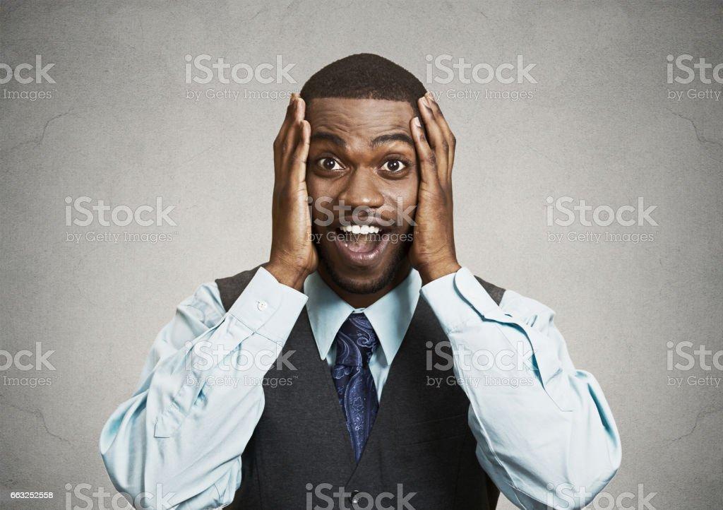 mutlu genç yakışıklı adam arıyorum güvensizlik ellerde yanağını açık ağız içinde şaşırttı şok stok fotoğrafı