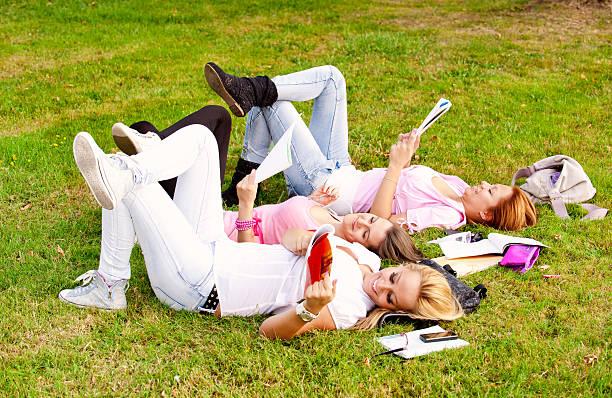 glückliche junge high school oder college-mädchen schüler - damenschuhe k stock-fotos und bilder