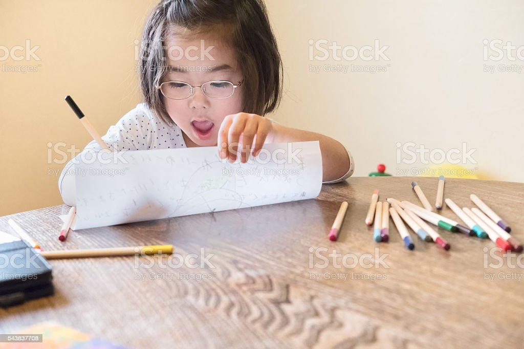 幸せな若い少女絵とクレヨン家でペンシル ストックフォト