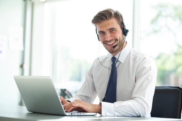Glücklichen jungen männlichen Kunden unterstützen Vorstand arbeiten im Büro. – Foto
