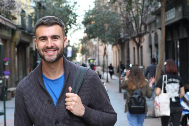 feliz título masculino jovem para a universidade - vida de estudante - fotografias e filmes do acervo