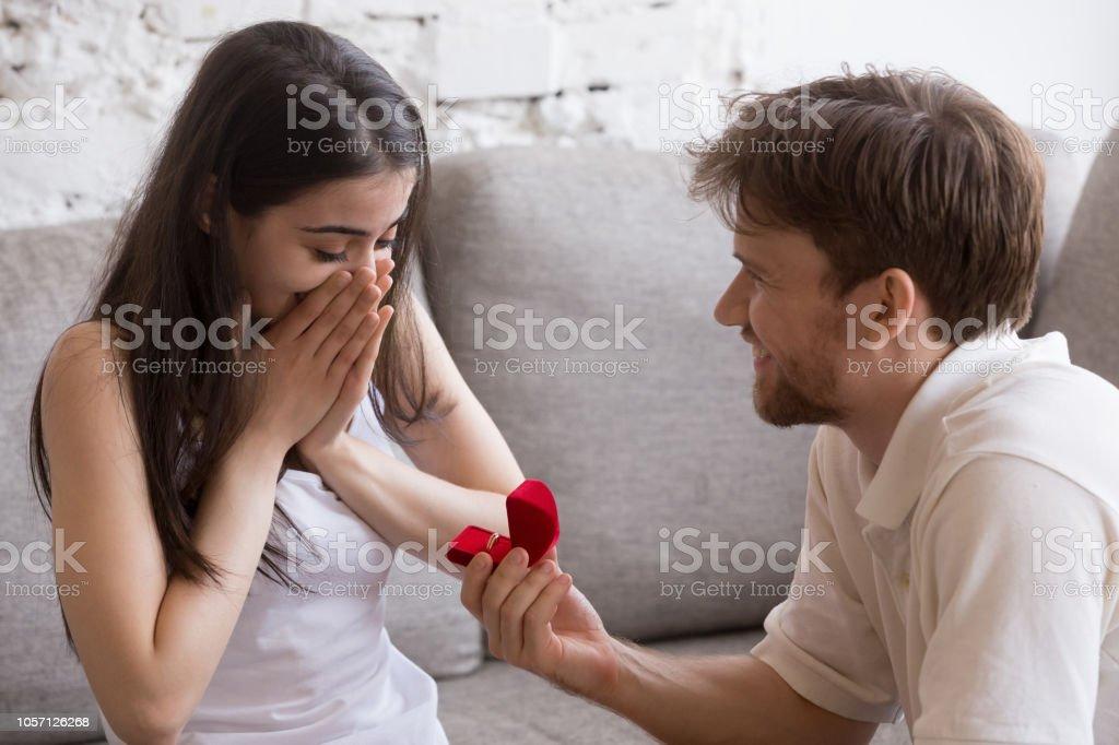 Gelukkig jonge man wil zijn vriendin zittend op de Bank - Royalty-free Bruid Stockfoto