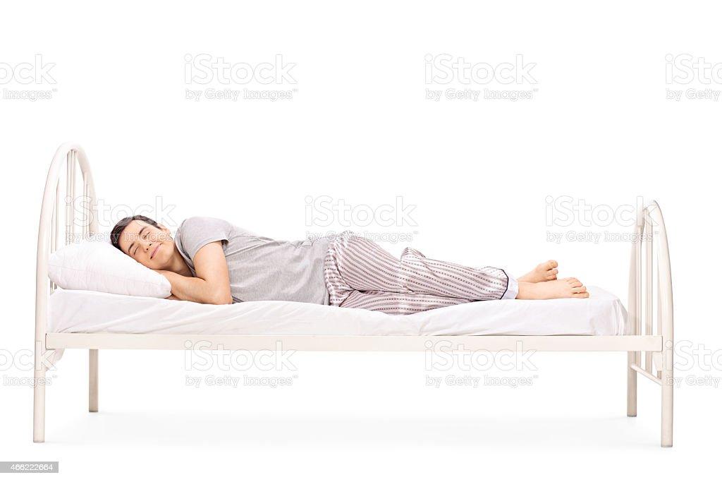 Glückliche junge Mann schlafen im Bett – Foto