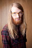 Jeune Homme Barbu Avec Cheveux Longs Et Lunettes à Grosses Montures ... a293a2870df9